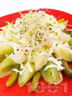 Салата с праз, бейби краставички и сирене - снимка на рецептата